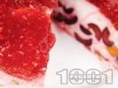 Рецепта Лесна желирана торта с цедено кисело мляко, ягоди, малини, праскови и череши за десерт (с желатин)